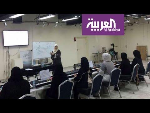 صوت الإمارات - شاهد سعودية تثير الجدل بإعطائها دروس لتعليم البنات