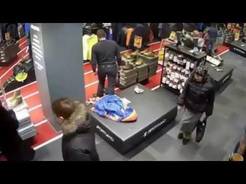 صوت الإمارات - شاهد سيدتان تسرقان شابًا داخل محل ملابس