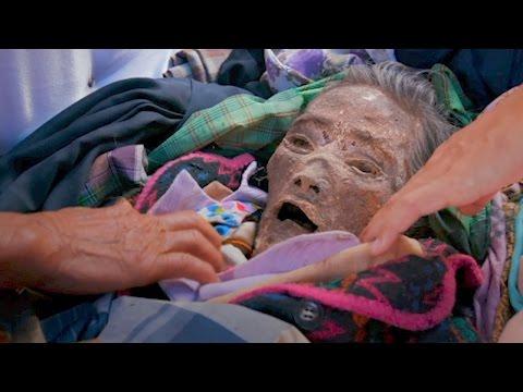صوت الإمارات - شاهد أسرة إندونيسية تعيش مع جثة جد لمدة 12 عامًا