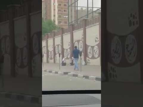 صوت الإمارات - شاهد لحظة هروب فتاتين من أعلى سور مدرسة في الكويت