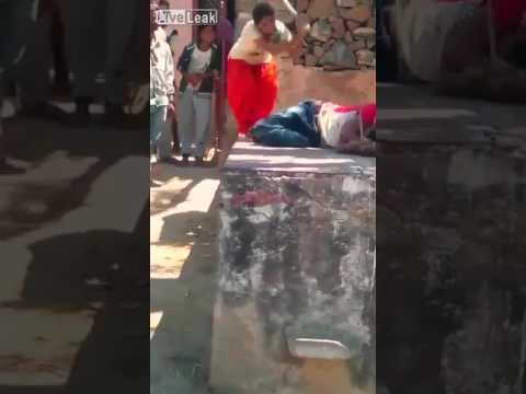 صوت الإمارات - شاهد امرأة تلقّن زوجها علقة ساخنة في الشارع