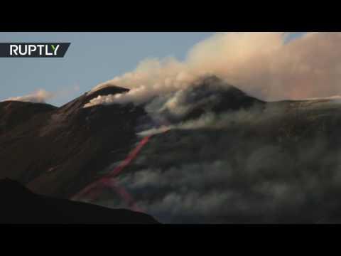 صوت الإمارات - بالفيديو لحظة ثوران بركان إتنا في إيطاليا