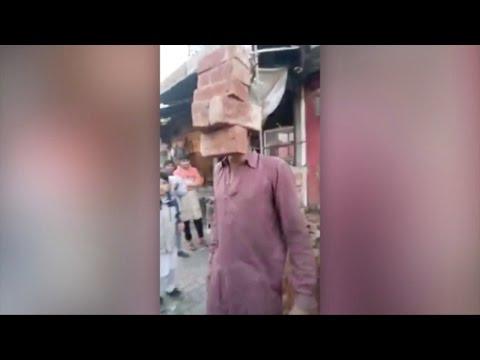صوت الإمارات - شاهد عامل بناء باكستاني خارق يرفع الطوب بأسنانه