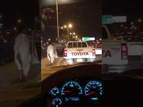 صوت الإمارات - شاهد رجل يرقص بـخنجر في منتصف الطريق يثير استياء السعوديين