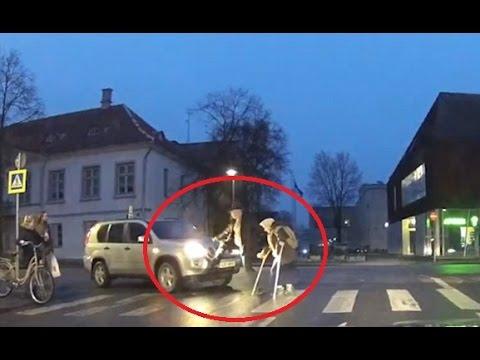 صوت الإمارات - شاهد محاولة رجل مساعدة امرأة مسنة عبور الطريق انتهت بكارثة