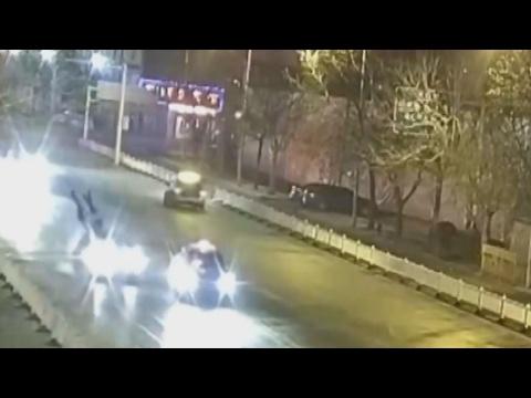 صوت الإمارات - شاهد زوجين يتبادلان قبلتهما الأخيرة قبل دهسهما بسيارة