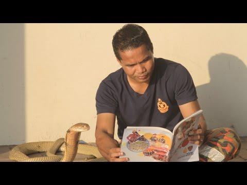 صوت الإمارات - مروّض ثعابين يحتفظ بكوبرا في منزله