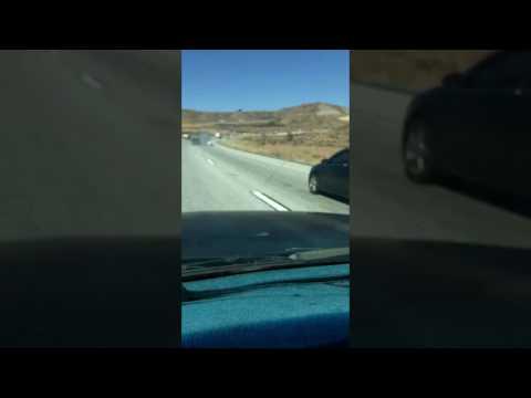 صوت الإمارات - شاهد شاحنة تسحل سيارة ملاكي بسائقها أكثر من 6 كيلو مترات