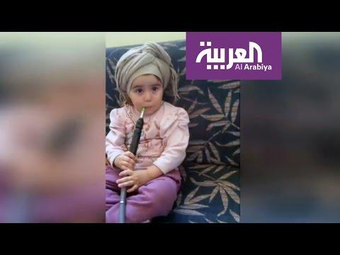 صوت الإمارات - شاهد طفلة تدخن الشيشة والأم تصور
