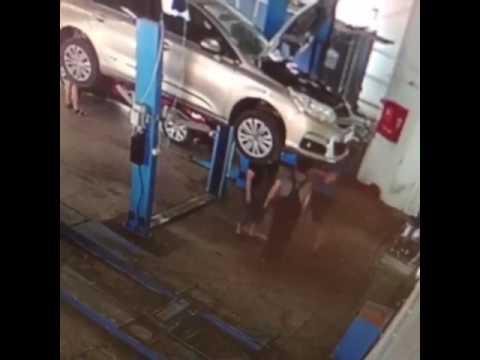 صوت الإمارات - لحظة سقوط سيارة معلقة على عمال