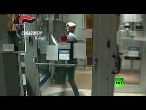 صوت الإمارات - شاهد لصان بقناعي ترامب يسطوان على بنك في إيطاليا