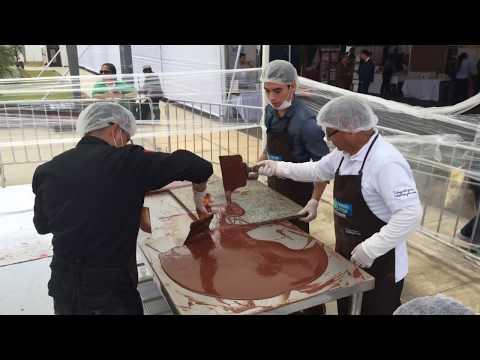صوت الإمارات - شاهد  صنع أكبر قطعة شوكولاتة في العالم في ليما
