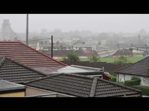 صوت الإمارات - شاهد لحظة اجتياح عاصفة قوية لأحد الملاعب في أيرلندا