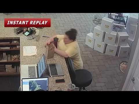 صوت الإمارات - شاهد لحظة سقوط امرأة بسبب نومها المفاجئ