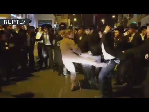 صوت الإمارات - شاهد جندية إسرائيلية تعتدي على متظاهرين من اليهود المتشدّدين