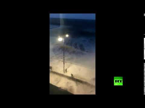 صوت الإمارات - شاهد إعصار أوفيليا يضرب شواطئ بريطانيا بعنف