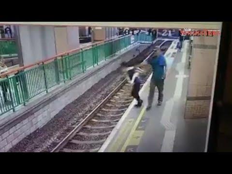 صوت الإمارات - شاهد لقطات صادمة لرجل يلقي بسيدة على قضبان سكة حديد