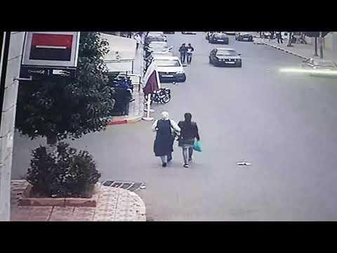 صوت الإمارات - شاهد لحظة سرقة حقيبة فتاة في وضح النهار