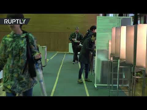 صوت الإمارات - شاهد لقطات من مراكز الاقتراع في الانتخابات البرلمانية اليابانية
