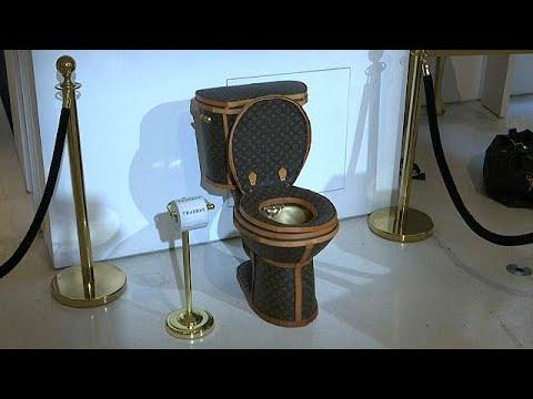 شاهد مرحاض ذهبي مغلف بحقائب من علامة لويس فويتون بثمن 100000 دولار