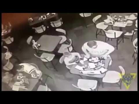 شاهد لحظة إنقاذ رجل يصارع الموت داخل مطعم
