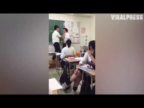 شاهد طالب يركل مدرسًا داخل الفصل أمام الطلاب