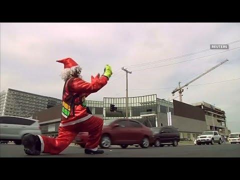 شاهد رجل مرور يتحول إلى «بابا نويل» للترفية عن السائقين