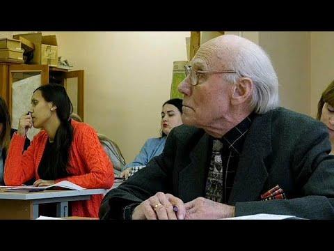 شاهد عجوز روسي يعود إلى مقاعد الدراسة في عمر التسعين