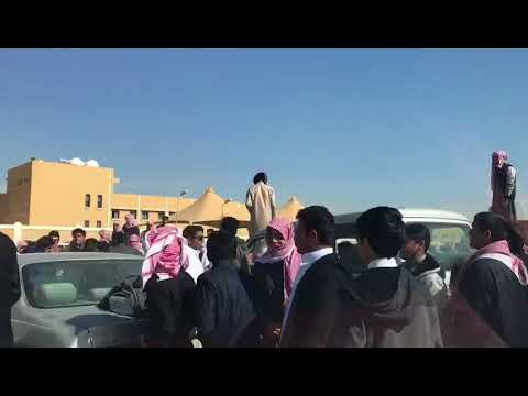 شاهد مواجهة عنيفة بين مجموعة من الطلاب أمام مدرسة سعودية