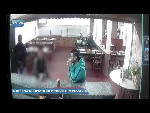شاهد لقطات صادمة لإطلاق النار على رجل يشرب البيرة مع صديقه