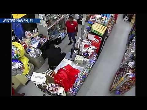 بالفيديو ملثم يقتحم متجر ويسرقه تحت تهديد السلاح