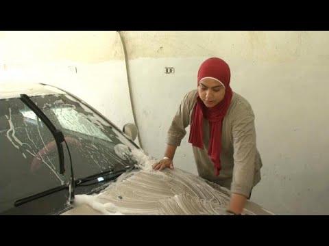 شاهد مصريتان تتحديان الرجال في حرفة غسيل وتشحيم السيارات