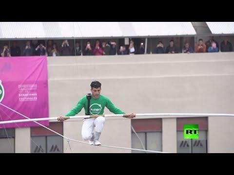 شاهد  مصطفى دانغوير يمشي على حبل معدني بارتفاع يصل إلى 53 مترًا