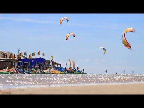 في واحدة من أهم المدن السياحية في العالم  شاهد الرياح تحمل عشاق الرياضات البحرية إلى الداخلة
