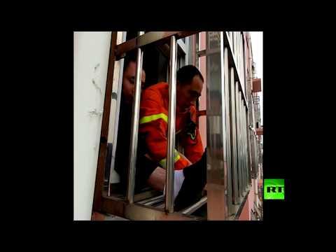 شاهد إنقاذ طفل علق رأسه بين قضبان شرفة حديدية وتدلى على ارتفاع 4 طوابق