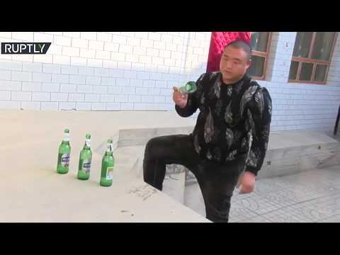 شاهد صيني يكسر الزجاج والطوب بأدنى مجهود