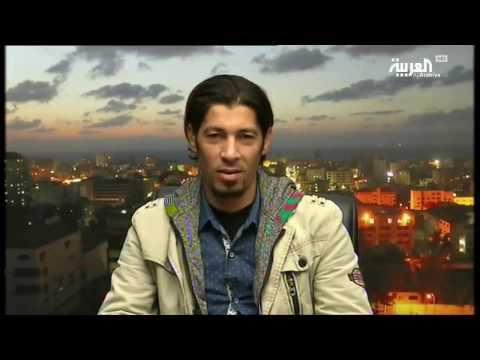 صوت الإمارات - حلاق في غزة يصفف شعر زبائنه بالنار