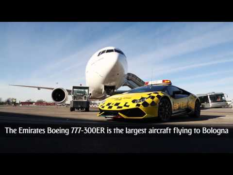 صوت الإمارات - سيارة لامبورجيني تقود طائرة بوينغ إماراتية في إيطاليا