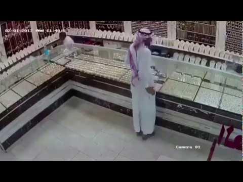 صوت الإمارات - شاهد لص يغافل بائعًا ويسرق محل ذهب