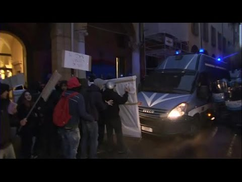 صوت الإمارات - بالفيديو  احتجاج طلبة الجامعات لمنعهم من دخول المكتبة في إيطاليا