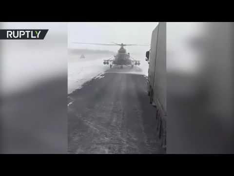 صوت الإمارات - شاهد قائد مروحية عسكرية يهبط على الطريق ليسأل عن الاتجاهات