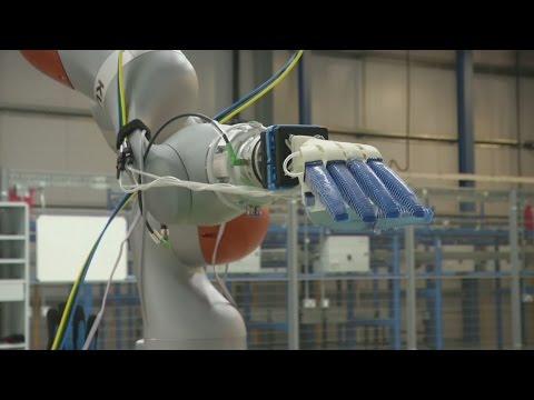 صوت الإمارات - متجر بريطاني يختار الفواكه والخضروات لزبائنه بالروبوت