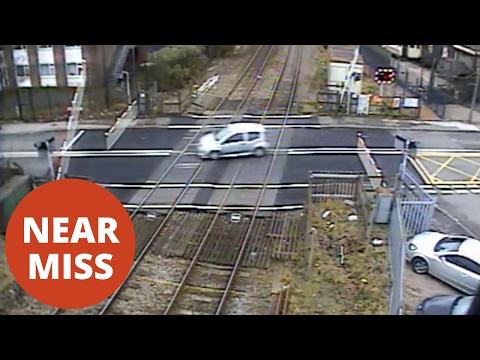 صوت الإمارات - سائق يعبر مزلقان القطار على طريقة سباقات السيارات