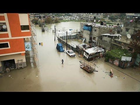 صوت الإمارات - بالفيديو مياه الأمطار تغرق عدة منازل في قطاع غزة