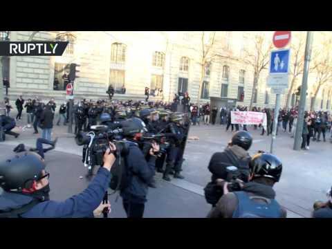 صوت الإمارات - بالفيديو مظاهرات واشتباكات مع الشرطة في العاصمة باريس