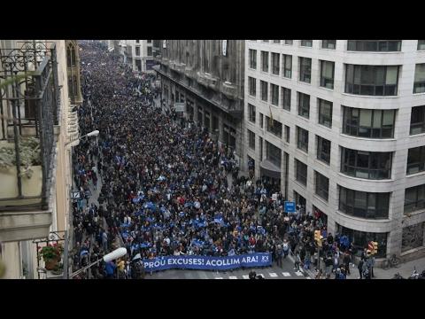 صوت الإمارات - شاهد عشرات آلاف المتظاهرين في شوارع برشلونة