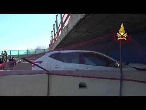 صوت الإمارات - شاهد كوبري على الطريق السريع ينهار فوق سيارة ويقتل ركابها