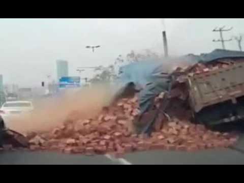 صوت الإمارات - بالفيديو حمولة طوب أحمر تدفن سيارة كبيرة على طريق عام