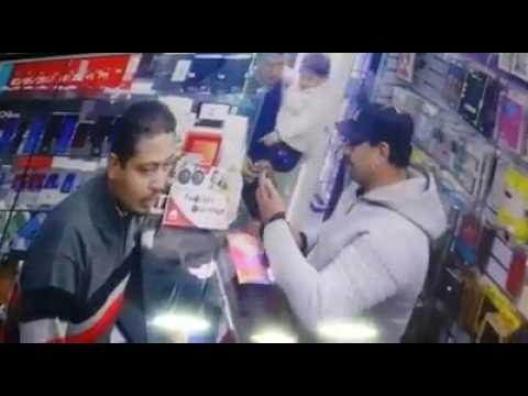 صوت الإمارات - بالفيديو رجل يستخدم طريقة غريبة وماكرة ليسرق هاتفًا