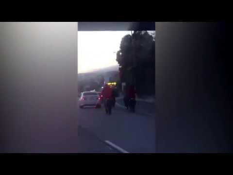 صوت الإمارات - بالفيديو عصابة دراجات نارية تحاصر سيارة على الطريق